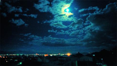 両極の満月